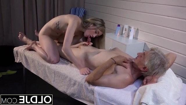Старик ошибся кабинетом и попал на эротический массаж, но после оргазма, был рад