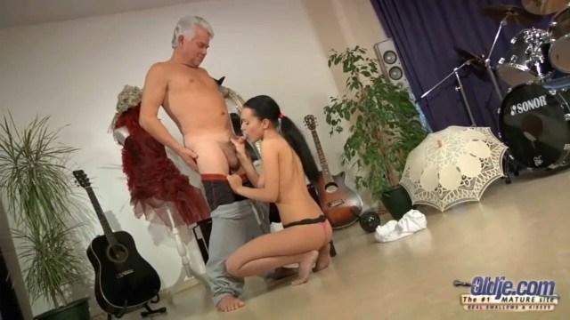 Старый танцор диско шустро трахает молодую девку в жопу