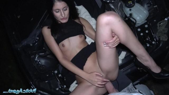 Вместо починки машины девушки пикапер дал ей на улице пососать перед трахом