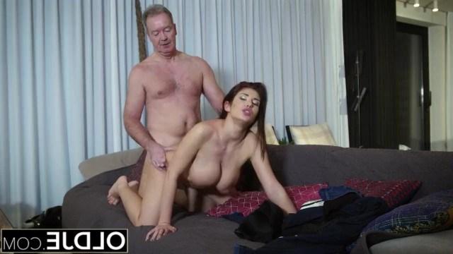 Зрелый мужик бросил фригидную жену и соблазнил для ебли молодую девушку